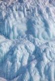 在冰墙壁上的冰柱 免版税图库摄影