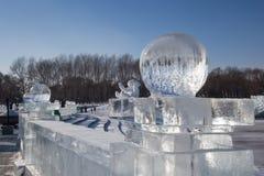 在冰墙壁上的冰球 免版税库存图片