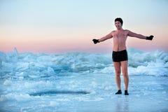 在冰孔的swimm 免版税库存照片