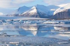 在冰岛南部的美丽的风景冬天湖 库存照片