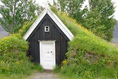 在冰岛放牧被顶房顶的房子使用了作为风雨棚为旅行家 免版税库存图片