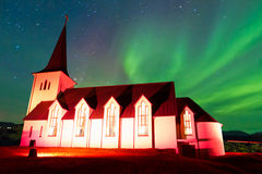 在冰岛教会上的极光borealis 免版税库存图片