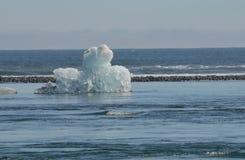 在冰岛漂浮在盐水湖的一座美丽的冰山 免版税库存图片