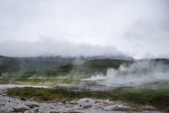 在冰岛热的雾地质的伟大的Geysir Strokkur 免版税库存照片