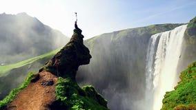 在冰岛的南部的伟大的瀑布Skogafoss在Skogar附近镇的  股票视频