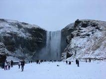 在冰岛的南部的Skogafoss瀑布在冬时 免版税库存图片