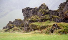 在冰岛的山的一点小屋 免版税库存照片