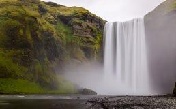 在冰岛的来自南方的风暴部分的Skogafoss瀑布 库存照片
