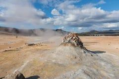 在冰岛蒸从在geysir destrict的一个小喷泉出来 免版税库存图片