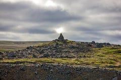 在冰岛风景的岩石雕塑 免版税库存照片
