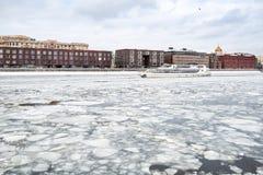 在冰川之间的船游泳在莫斯科河 免版税库存照片