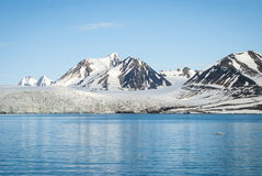 在冰川前面的帆船在斯瓦尔巴特群岛,北极 免版税库存图片