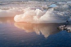 在冰川水湖的冰有反射的,冰岛 免版税库存图片