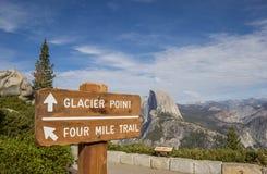 在冰川点的标志在优胜美地国家公园 库存图片