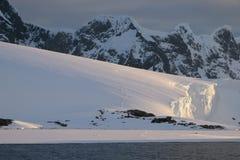 在冰川的南极洲安静桃红色午夜日落 库存照片