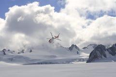 在冰川的飞行直升机 免版税库存图片