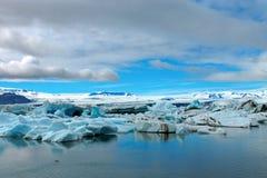 在冰川盐水湖的冰山 图库摄影