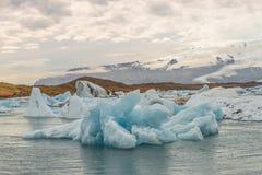 在冰川盐水湖的大蓝色冰山冰岛的,夏天2015年 免版税图库摄影