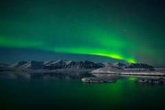 在冰川盐水湖Jokulsarlon,冰岛的北极光 免版税库存照片