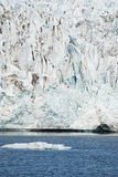 在冰川,斯瓦尔巴特群岛前面的冰山,北极 免版税库存照片