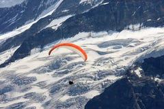 在冰川grindelwald滑翔伞较大之上 库存图片