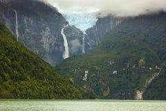 在冰川ventisquero calgante与瀑布,智利巴塔哥尼亚的风景看法 免版税图库摄影