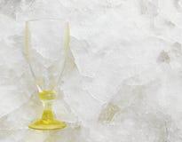 在冰平板碎片的空的酒杯 免版税库存图片