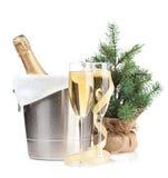 在冰桶、两块玻璃和圣诞节装饰的香宾瓶 免版税图库摄影