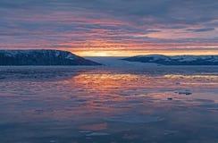 在冰河和海冰的平静的日出 免版税库存照片