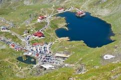 在冰河湖的山瑞士山中的牧人小屋 库存照片