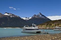 在冰河湖的游船 库存照片