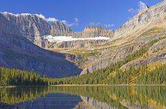 在冰河被雕刻的山的清早光 图库摄影