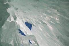在冰洞天花板的冰柱与通过戳的蓝天 图库摄影