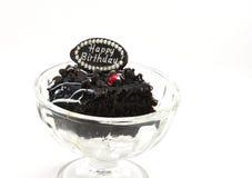 在冰淇凌玻璃的生日巧克力片蛋糕美味的叮咬 免版税图库摄影