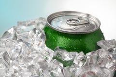 在冰的啤酒罐 图库摄影