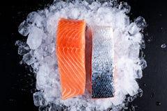 在冰的新鲜的未加工的两条三文鱼内圆角 库存图片
