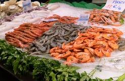 在冰的新鲜的海鲜在la Boqueria市场上在巴塞罗那 库存图片