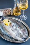在冰的新鲜的鳟鱼在葡萄酒金属化盘子 库存图片