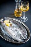 在冰的新鲜的鳟鱼在葡萄酒金属化盘子 库存照片