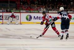 在冰的曲棍球从向前Slovan (布拉索夫) Libor Hudachek和向前Donbass (顿涅茨克)罗马Blagoy 免版税库存图片