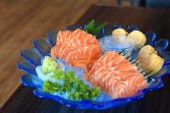 在冰的未加工的三文鱼切片或三文鱼生鱼片新服务,日本食物食谱 图库摄影