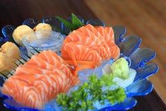 在冰的未加工的三文鱼切片或三文鱼生鱼片新服务-日本食物食谱 免版税库存照片
