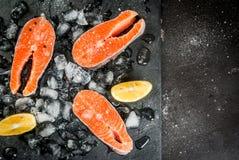 在冰的未加工的鲑鱼排 免版税图库摄影
