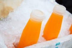 在冰的橙汁瓶 库存图片
