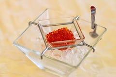 在冰的红色鱼子酱 免版税库存照片