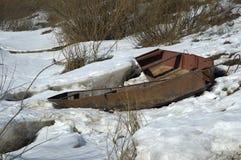 在冰的老小船 免版税库存图片