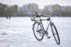 在冰的自行车在冬天渔 库存照片