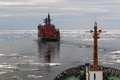 在冰的船 库存照片