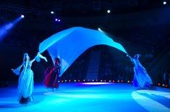 在冰的莫斯科马戏在游览中 滑冰在高跷的三个元素 图库摄影