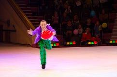 在冰的莫斯科马戏在游览中 扮小丑与在竞技场的气球行动的对观众 免版税库存图片